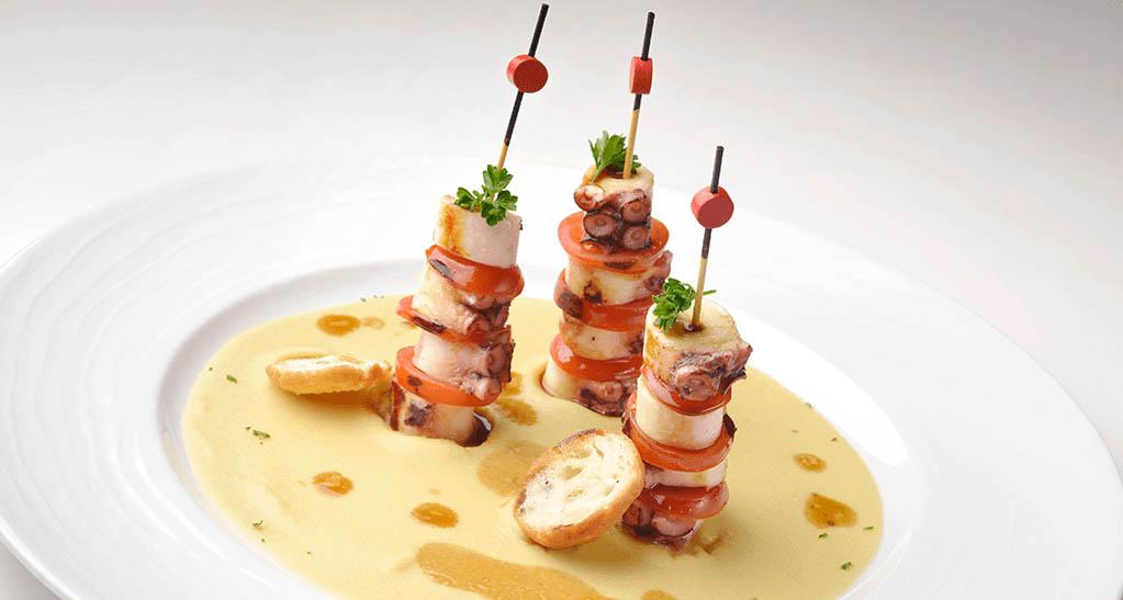 Brochetas de pulpo con hummus