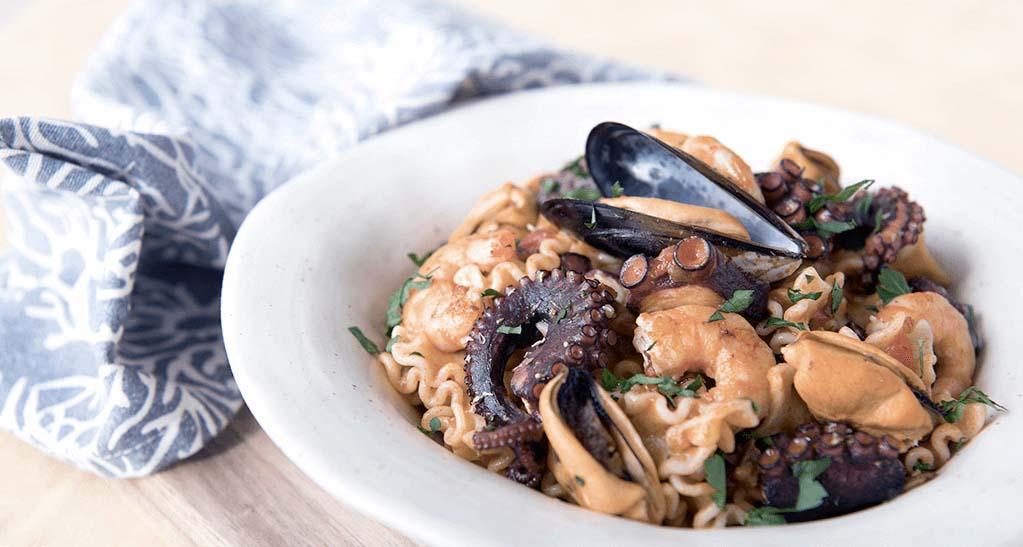 Receta de pasta con marisco: pasta marinera con pulpo, langostinos y mejillones