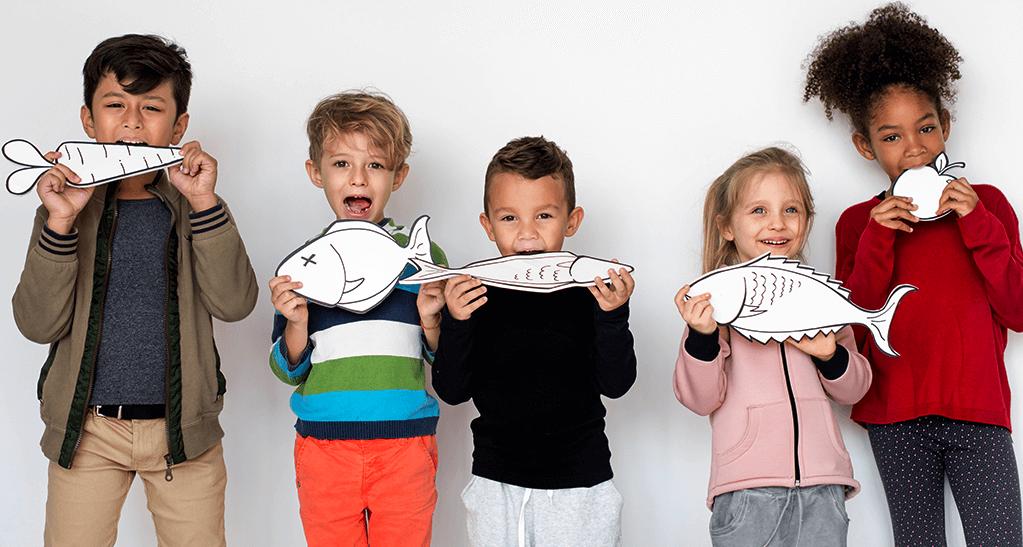 niños coman pescado