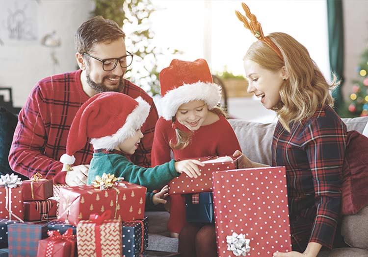 Familia abriendo regalos de navidad