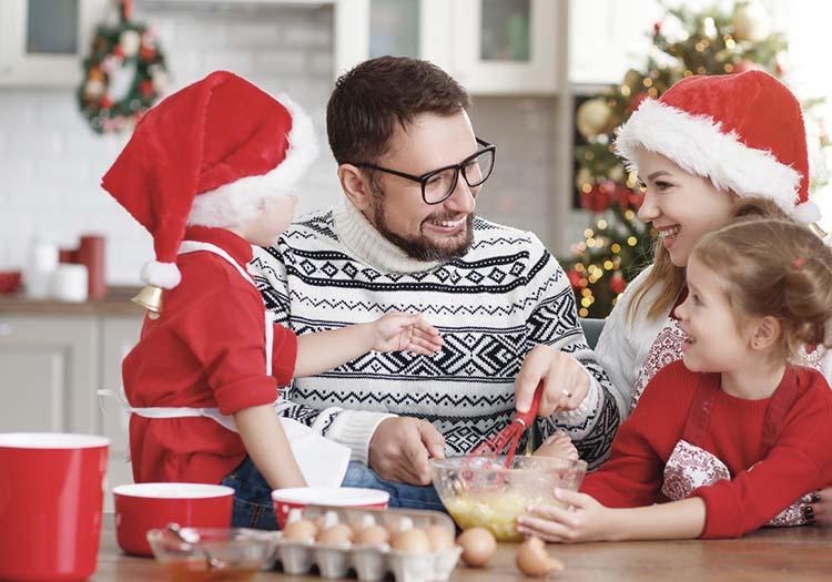 Padre cocinando en Navidad