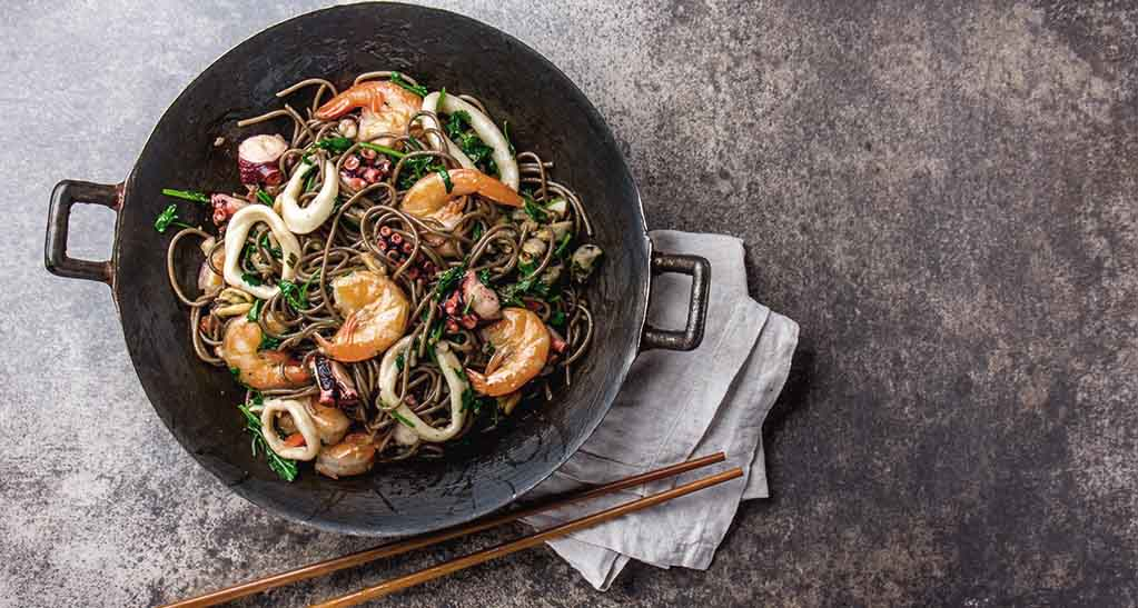 wok de pulpo langostinos y fideos chinos