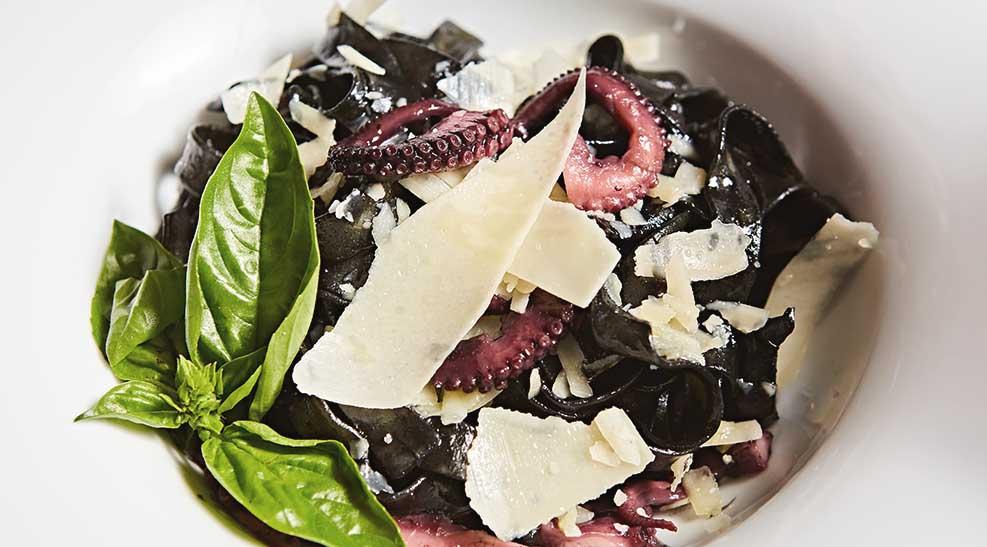 pasta negra con salteado de pulpo